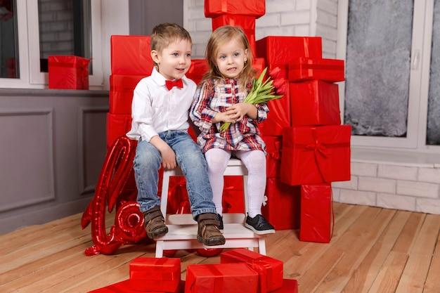 Duas crianças caucasianos fofinhos e engraçados, menino e menina se abraçando