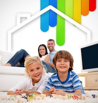 Duas crianças deitado em um tapete na sala de estar com os pais