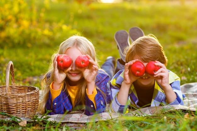Duas crianças fazendo um piquenique no verão