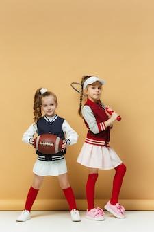 Duas crianças felizes e bonitas mostram um esporte diferente. conceito de emoções.