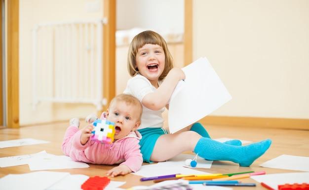 Duas crianças felizes em casa