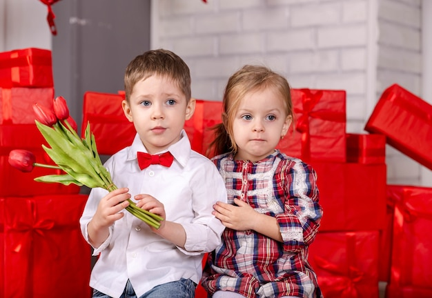 Duas crianças fofas brancas felizes, menino e menina se abraçando