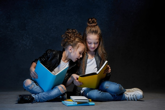 Duas crianças lendo os livros