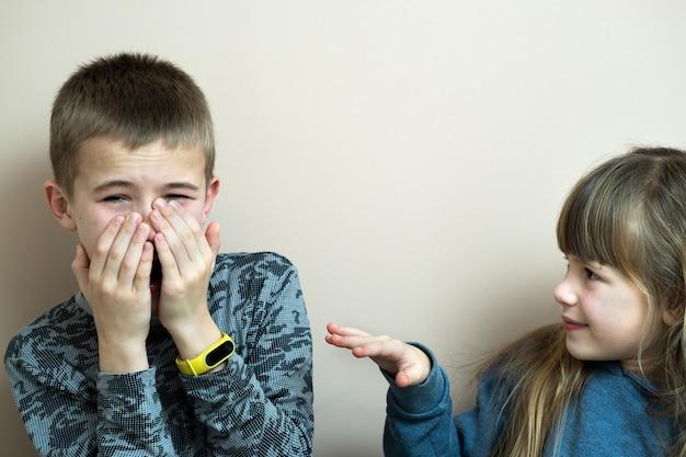 Duas crianças menino e menina brincando juntos se divertindo. conceito de infância feliz.