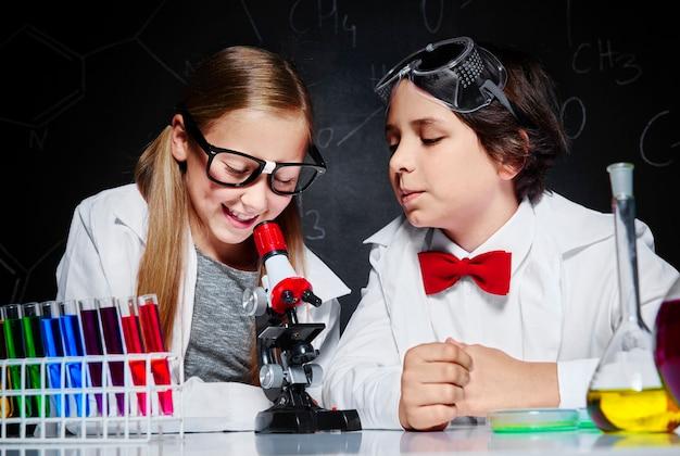 Duas crianças na aula de química