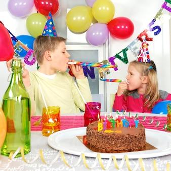 Duas crianças na festa de aniversário