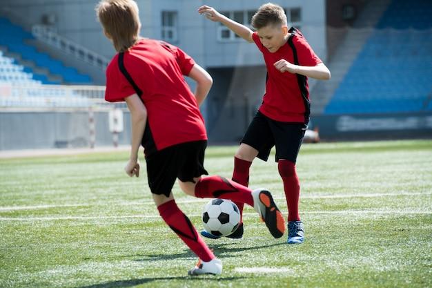 Duas crianças no jogo de futebol