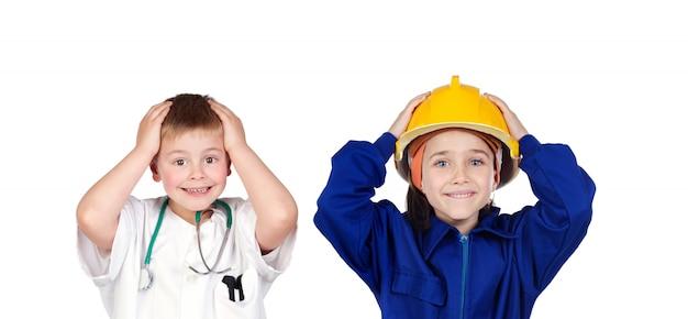 Duas crianças surpreendidas com roupas de trabalhador