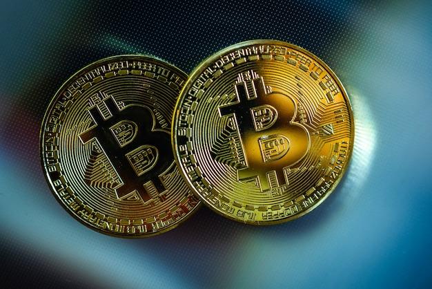 Duas criptomoedas douradas bitcoin, nova economia, com espaço negativo.
