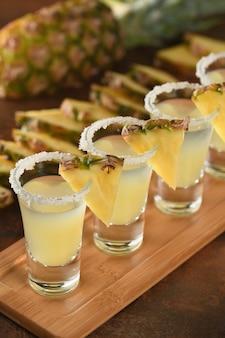 Duas doses de tequila tropical com suco de abacaxi.