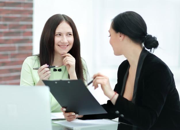 Duas empresárias discutindo documentos