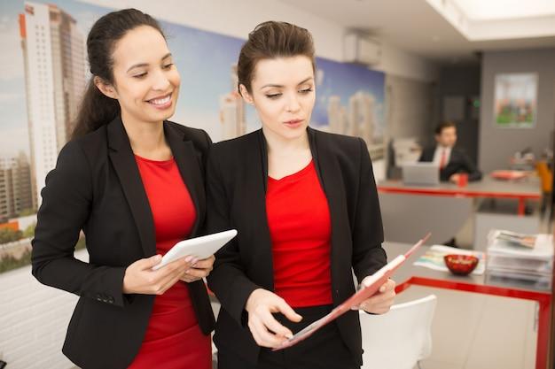 Duas empresárias discutindo o trabalho no escritório