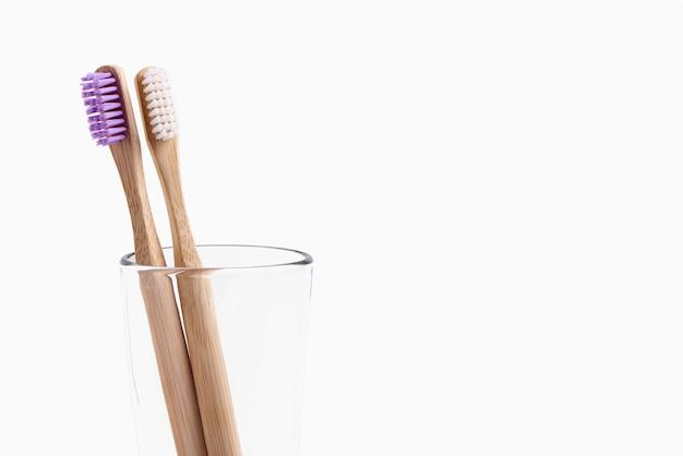 Duas escovas de dentes de bambu em um copo