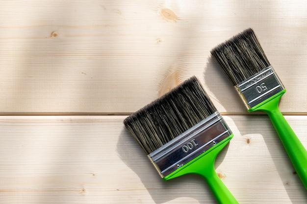 Duas escovas, ferramentas de decoração e renovação de casas. mesa de trabalho para pintor e decorador