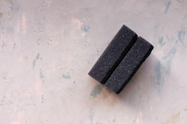 Duas esponjas pretas para lavar pratos