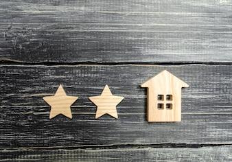 Duas estrelas e uma casa. Conceito da classificação de um hotel ou restaurante.