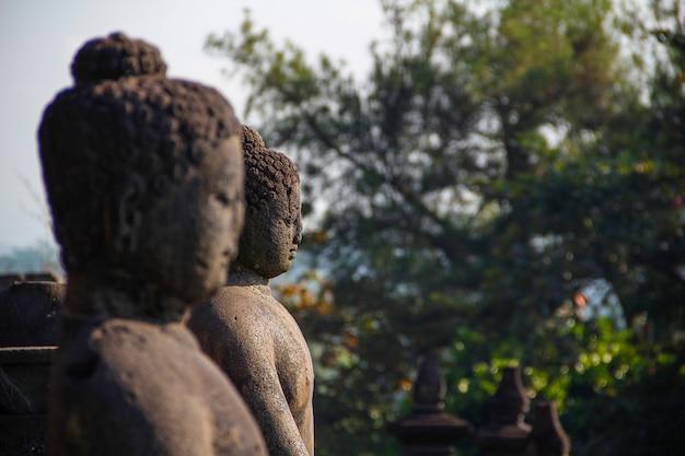 Duas faces no templo borobudur. indonésia