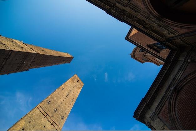 Duas famosas torres caindo asinelli e garisenda pela manhã, bolonha, emilia-romagna, itália
