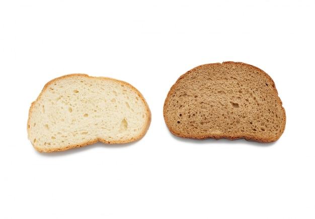 Duas fatias de pão isoladas no espaço em branco