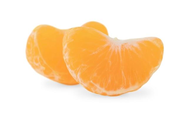 Duas fatias de tangerina isoladas em branco
