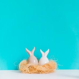 Duas figuras de lebre no ninho