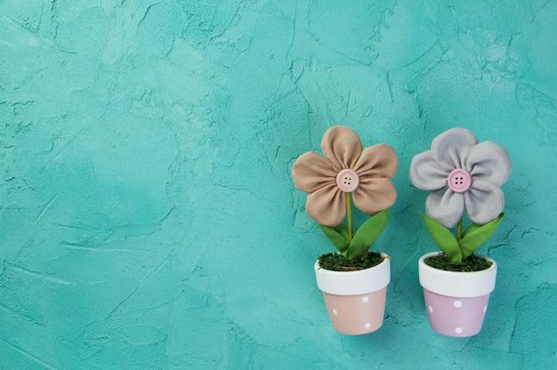 Duas flores de tecido