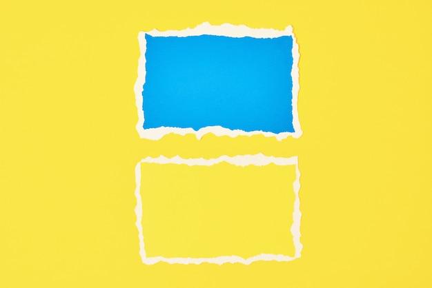 Duas folhas de borda rasgadas de papel rasgado no fundo amarelo