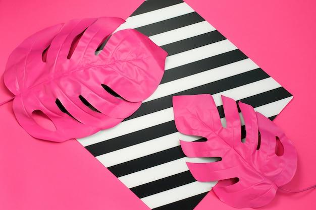 Duas folhas tropicais rosa de monstera