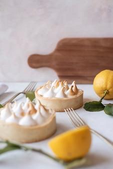 Duas fotos deliciosas de torta de limão.