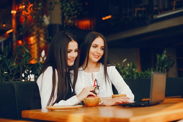 Duas garota de luxo sentado em um restaurante
