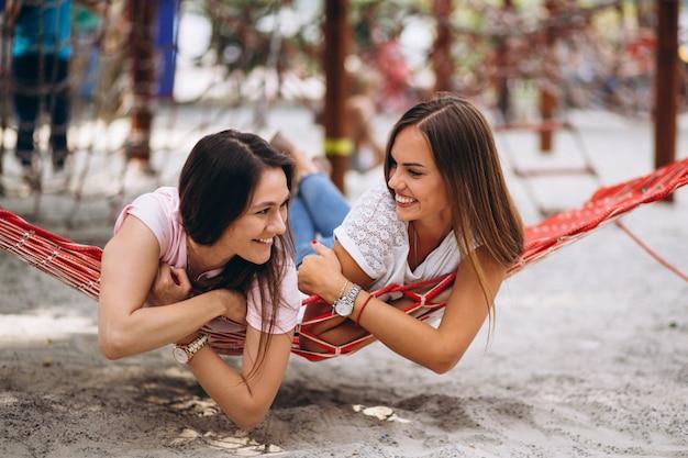 Duas garotas amigas se encontrando na praia