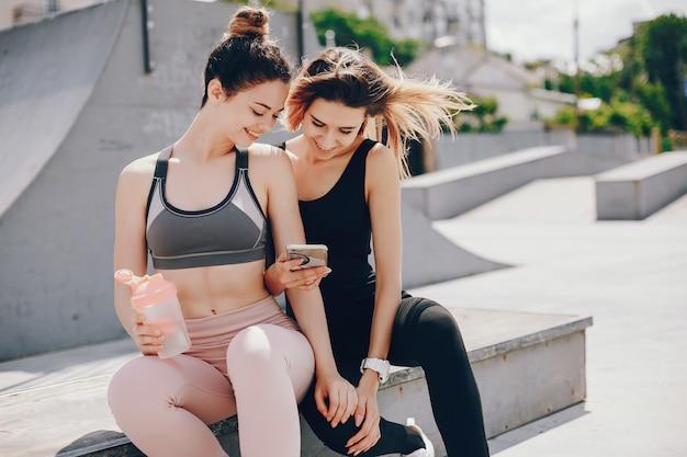 Duas garotas atléticas têm um descanso