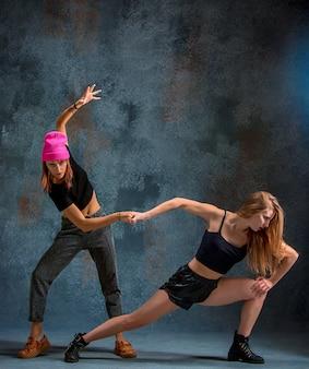 Duas garotas atraentes dançando twerk em