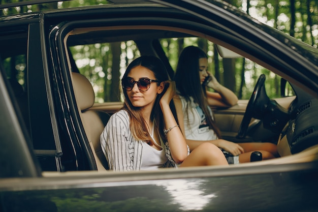 Duas garotas bonitas em um carro