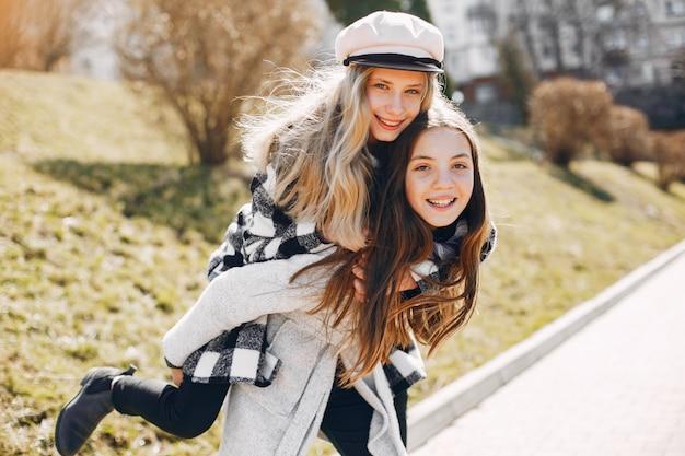 Duas garotas bonitas em um parque de primavera