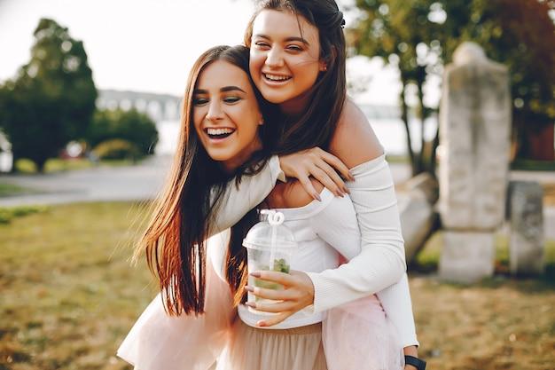 Duas garotas bonitas em um parque de verão
