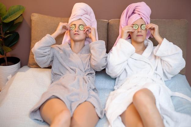 Duas garotas bonitas fazendo tratamentos de spa faciais