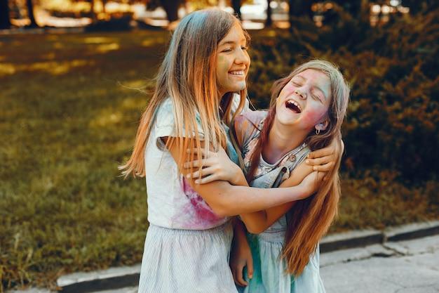 Duas garotas bonitas se divertir em um parque de verão