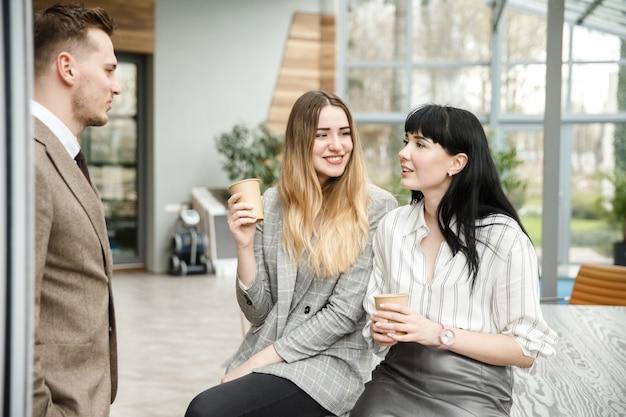 Duas garotas conversando com um cara