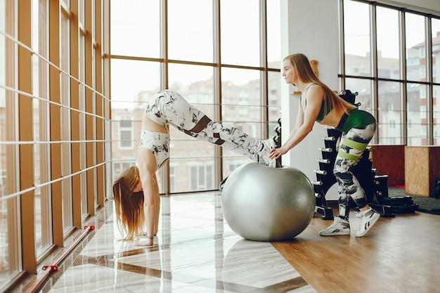 Duas garotas desportivas em um ginásio