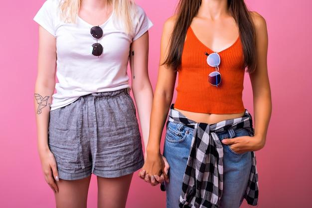 Duas garotas elegantes e hipster