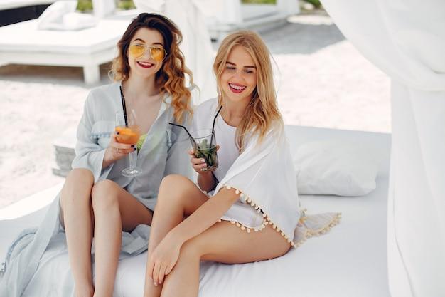 Duas garotas elegantes em um resort