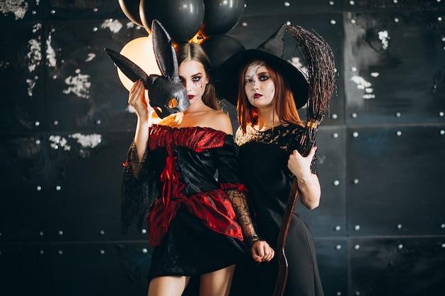 Duas garotas em trajes de halloween