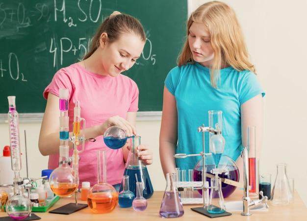Duas garotas fazendo experimentos químicos