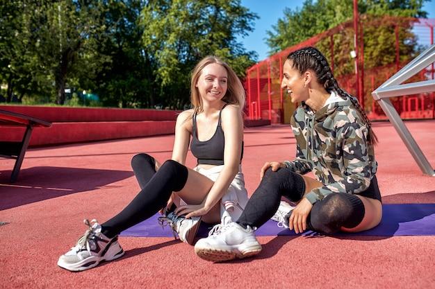 Duas garotas fitness fazendo esporte na área urbana