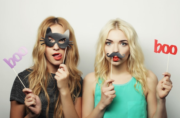 Duas garotas hipster sexy elegante prontas para festa