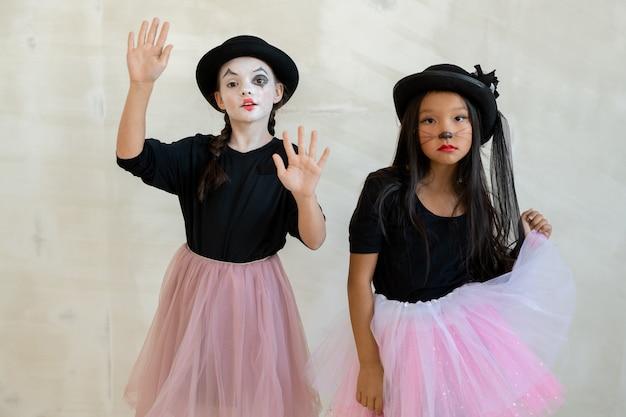 Duas garotas lindas com maquiagem de halloween fazendo pantomima