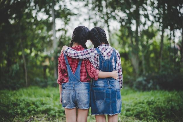 Duas garotas mão segurando juntos