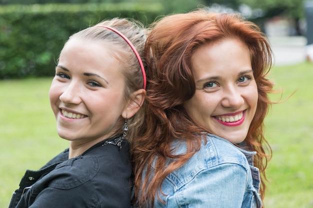 Duas garotas no parque em tallinn