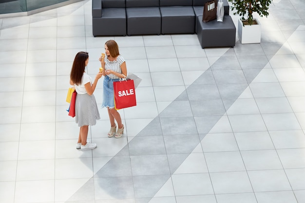 Duas garotas no shopping